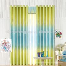 Deux rideaux de bureau en couleurs et des stores avec des motifs