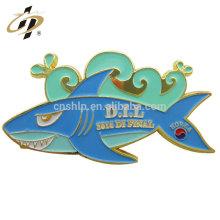 El precio al por mayor del tiburón forma el tamaño personalizado de esmalte de metal suave insignia etiqueta pin