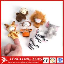 Дети притворяются играть игрушку животных плюшевых пальцев куклы