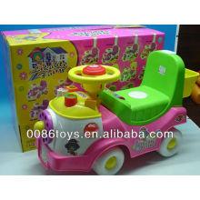Kinder schieben zurück auf Spielzeugauto