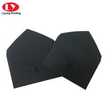 Pequeño sobre negro personalizado con logo uv
