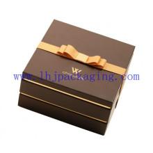 Dos capas de papel de embalaje de chocolate con la cinta