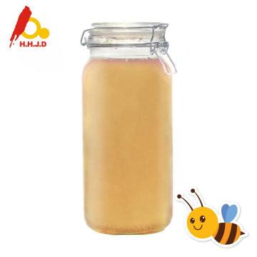 Miel d'acacia sur le visage