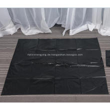 Große schwarze Mülltüte auf Blatt