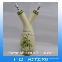 Бутылка уксуса с зеленым оливковым маслом высокого качества