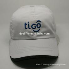 Белые белые спортивные шапки
