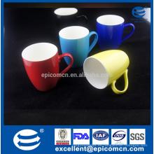Interior blanco con diverso solo color afuera taza de café de hueso china nueva