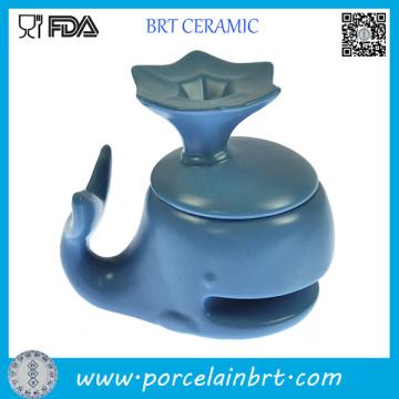 Taza de cerámica azul de la galleta de la forma del delfín