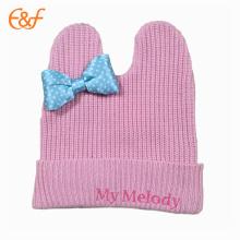 Chapeau rose tricoté avec noeud