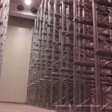Entrepôt d'entrepôt CE bleu et orange dans un système de palettes