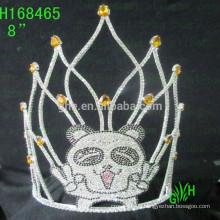 Gran corona de belleza y neumáticos animales encantadores