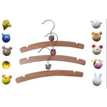 Cintre en bois enfants avec des animaux en plastique