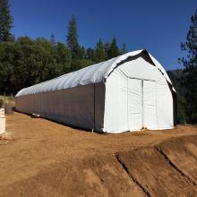 Промышленная труба из конопли для теплицы Аграрная однопролетная туннельная пленка для затемнения парниковых газов