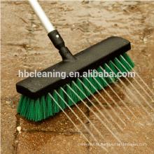 escova exterior longa segurada, vassoura varrendo do jardim