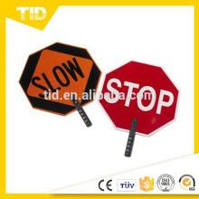 """Signo de paleta de plástico ABS, leyenda """"STOP / SLOW"""", altura de 27 """", rojo sobre naranja"""