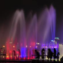 Fontes de água ao ar livre iluminadas