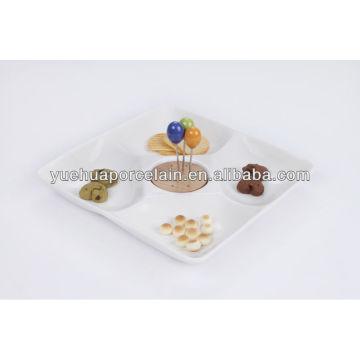 Поднос с обеденными тарелками из бамбука и вилки