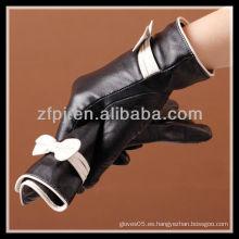 Bowknot rakish adornan los guantes de cuero del invierno