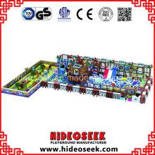 Equipamento interno do campo de jogos do tema do navio de pirata com artigos do tráfego