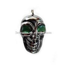Petits pendentifs squelettes humains à l'hématite avec oeil vert