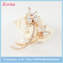 Bulk rhinestone brooch for wedding invitation dubai gold plated flower brooch
