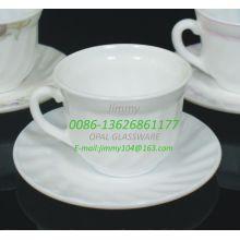 Tasses et soucoupes à café de forme élégante