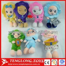 La muchacha linda del girasol rellenó los juguetes humanos de la muñeca de la felpa con diversas expresiones
