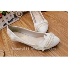 Los zapatos blancos de la boda de un vestido de boda blanco y un vestido de boda suave para la dama de honor en la primavera y el verano WS017