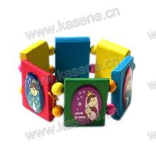 Bracelete de madeira das crianças da forma com retratos dos desenhos animados
