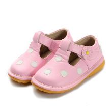 Rose avec des chaussures de bébé à lunette blanche