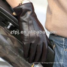 Wölbige Männer Lamm tragen Leder Handschuhe