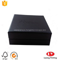 Caja de cartón con joyas de pulsera negra con espuma