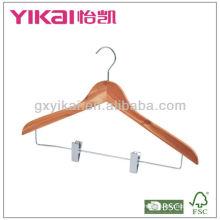 Colgador de la camisa del cedro con los clips del metal