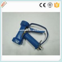 Pistola de água pesada de latão com tampa azul e guarda-mato