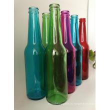 Горячие прозрачные и красочные бутылки пива