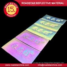 Cose en el colorido brillante reflectante etiquetas de equipaje