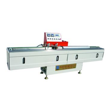 Máquina extrusora de butil para a fabricação de vidro isolado.
