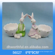 Corte la taza del huevo de cerámica de la forma del conejo para el día de Pascua