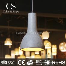Lámpara colgante de forma simple en el comedor