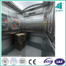 Elevador de carga en la empresa para hacer algunos ascensos de mercancías