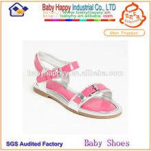La muchacha hermosa al por mayor calza los zapatos de la sandalia