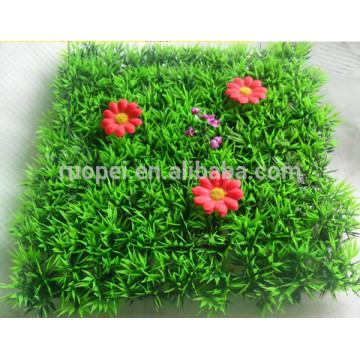 Tapete artificial barato da grama de 25 * 25 cm com a flor vermelha para a decoração do jardim do fornecedor de China