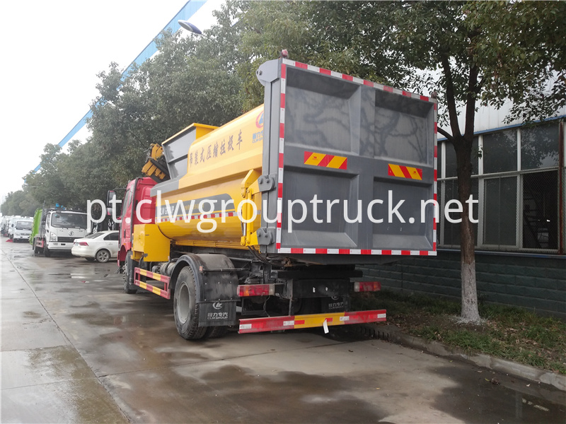 Lifting And Compresing Garbage Truck 4