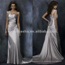 Um ombro de cruzada cruzada corpete cetim A linha de vestido de noiva / vestido de noite
