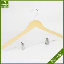 Cintre de chemise en bois de couleur nature avec deux clips chromés