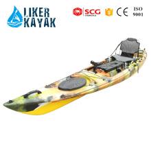 Los peces se sientan en el timón o el motor de control del pedal del kayak