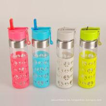 Botella de agua de vidrio de transporte seguro promocional con una funda de silicona