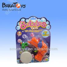 As baterias plásticas funcionaram o brinquedo da arma da bolha para o miúdo