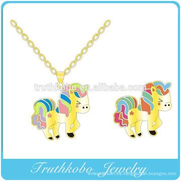 Plateado al vacío de oro de alta calidad de acero inoxidable animal de dibujos animados forma de caballo grabado grabado colgante diseño de la joyería para las niñas