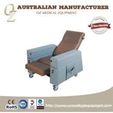 Pflegeheim Stuhl älteren Stuhl intravenösen Krankenhaus Untersuchungstisch